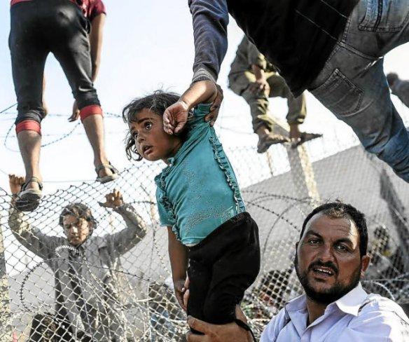 syrie-des-milliers-de-refugies-bloques-a-la-frontiere-turque_2400453_660x552